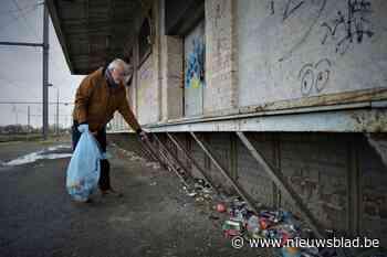 """Marc (71) voert eenzame strijd tegen zwerfvuil aan goederenloods station: """"Het is dweilen met de kraan open"""""""