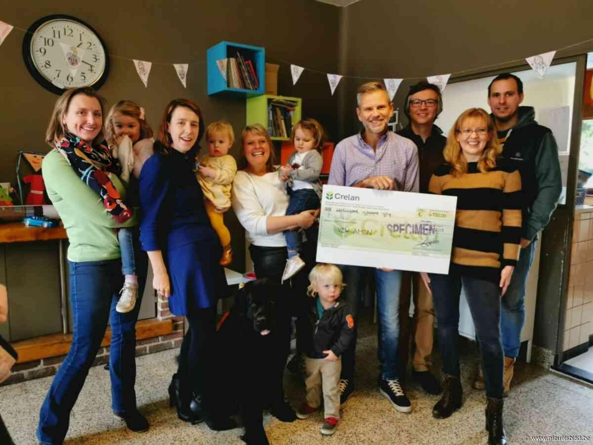 Onthaalmoeder Stefanie uit Olsene schenkt cheque van €6550 aan vzw Amon