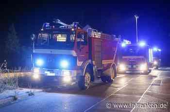Mitten in der Nacht: Auto brennt vor Garage ab - Anwohner können schlimmeres verhindern