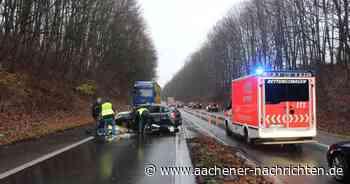 Straße zeitweise gesperrt: Motorrad von Auto erfasst, beide Fahrer verletzt
