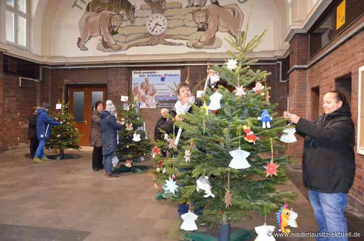 Diebe klauen von Kindern gestalteten Weihnachtsbaum in Senftenberg