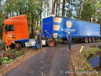 Vrachtwagen belandt in gracht op smalle eenrichtingsweg
