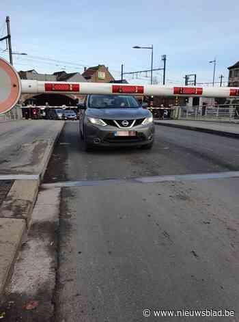 Tussen twee slagbomen: auto zit vast op Sint-Annabrug