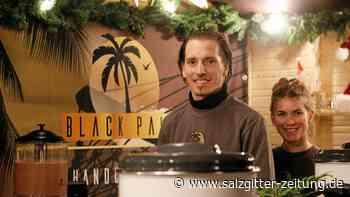 Weihnachtsmarktbesucher schlürfen Rum aus Gifhorn