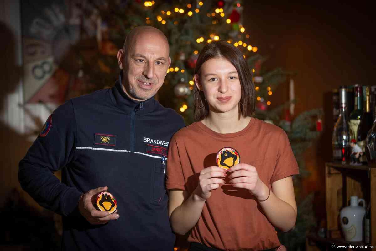 Inke (15) verkoopt zelfgemaakte badge voor slachtoffers zware brand