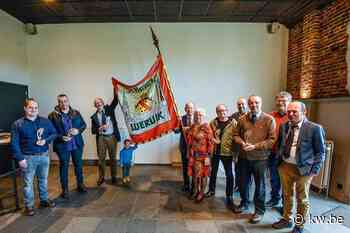 Schuttersgilde Sinte-Barbara presenteert met trots vernieuwde vlag, met dank aan Yvette