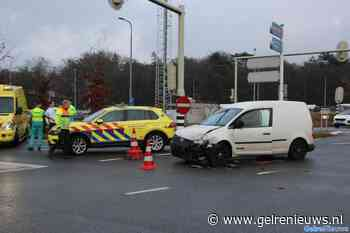 Bestelbusje ramt lijnbus in Arnhem