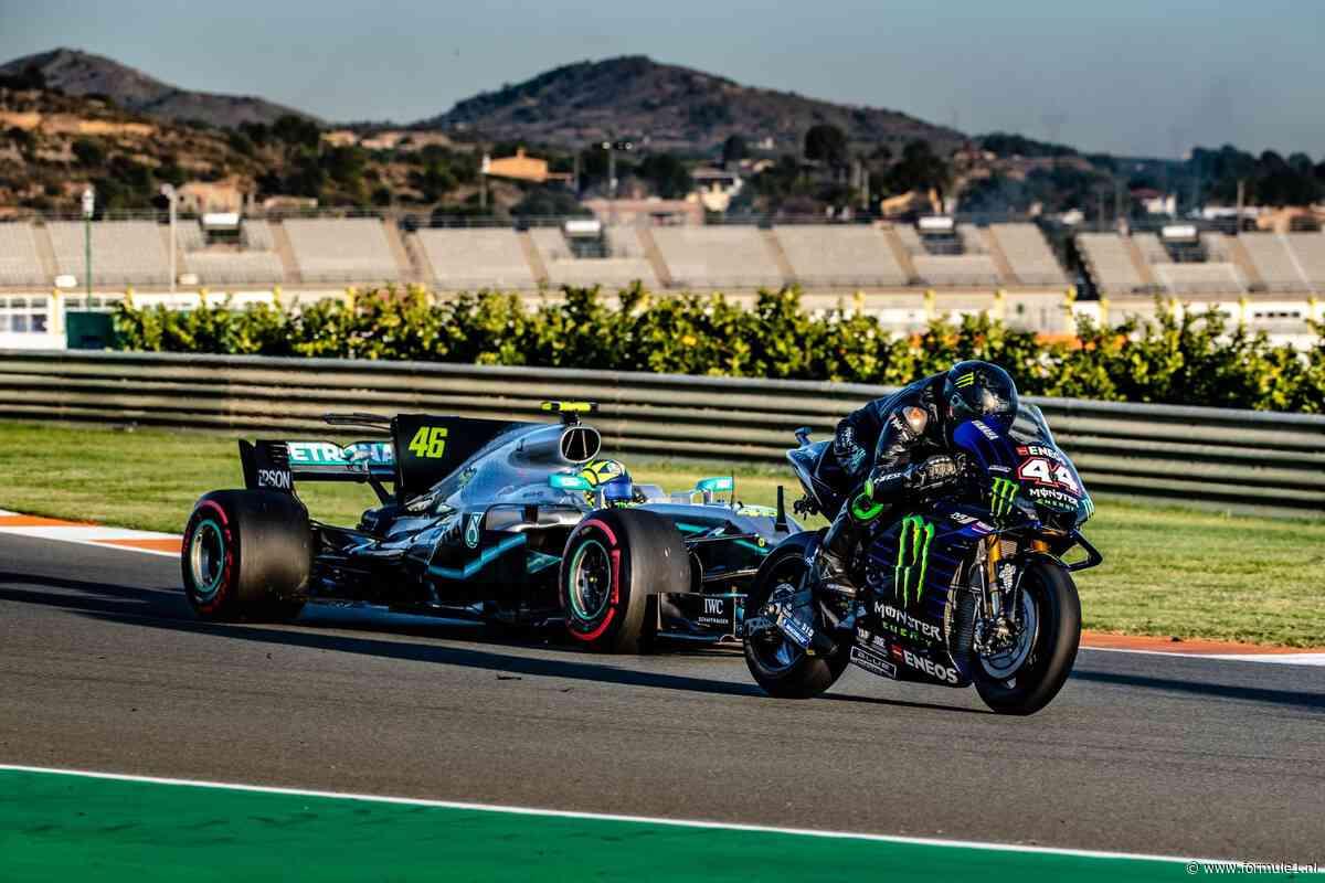 Lewis Hamilton en MotoGP-legende Valentino Rossi ruilen van zitje
