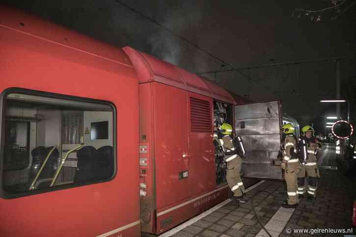 Trein vliegt in brand op station Velperpoort in Arnhem