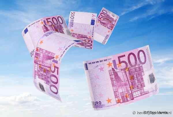 Koffer springt open op Schiphol, 50.000 euro waait weg