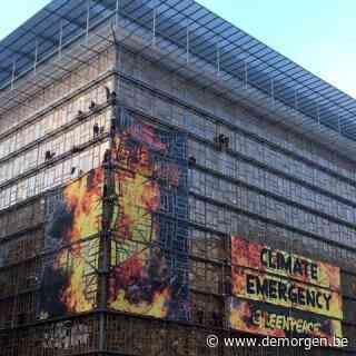 Greenpeace-activisten beklimmen Europa-gebouw en behangen het met spandoeken