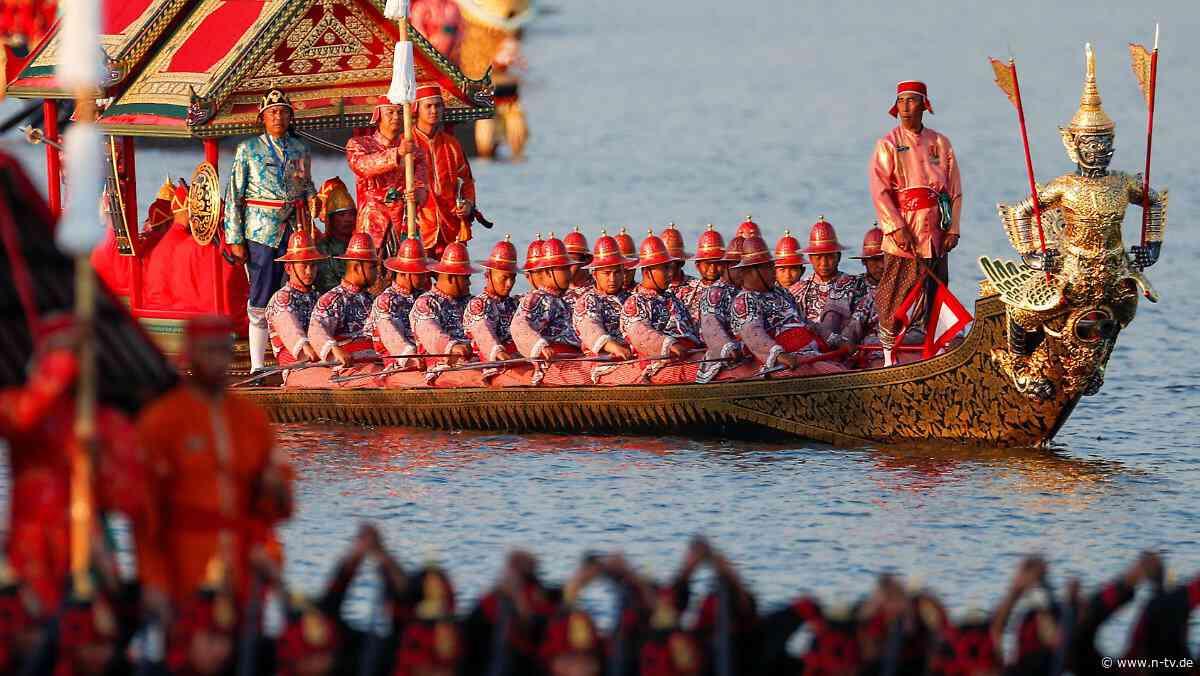 Ende der Feierlichkeiten: Rama X. paradiert in goldener Gondel