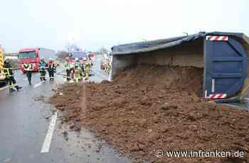 Ebersdorf: LKW auf B303 umgekippt, Fahrer verletzt, Vollsperrung