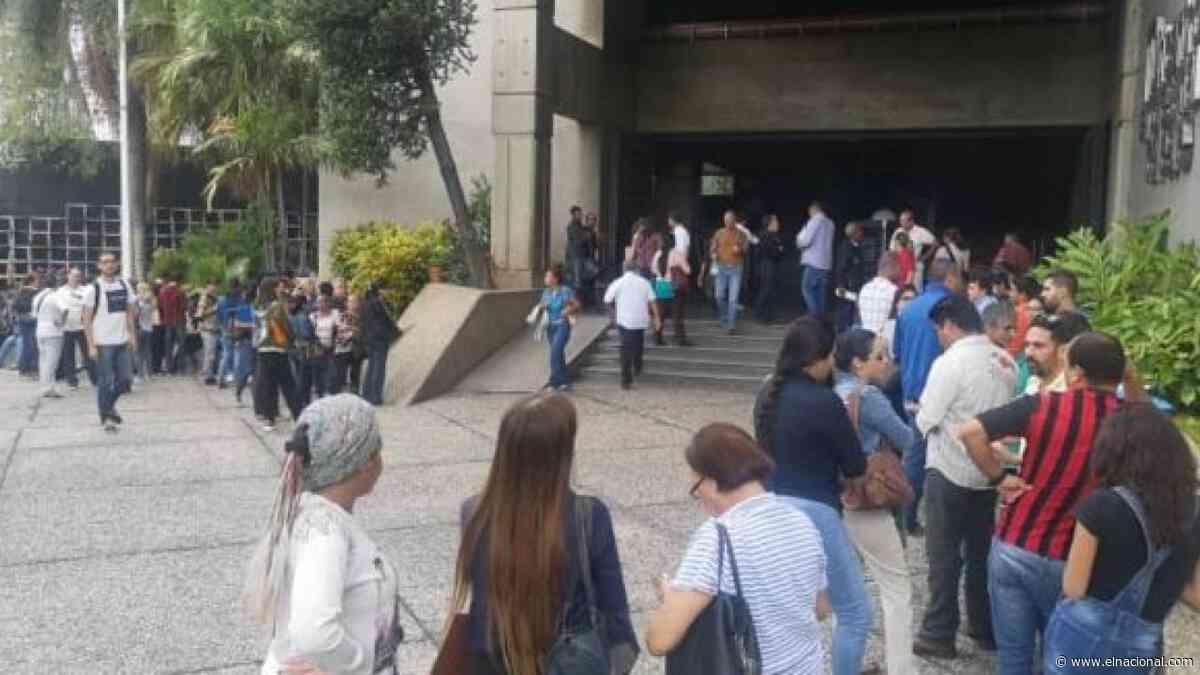 Largas colas en el Consulado de República Dominicana en Caracas para solicitar visa