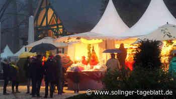 Weihnachtsmarkt-Besucher trotzen dem Regen
