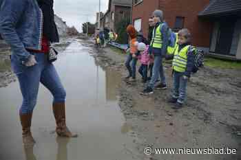 """Straat is herschapen in een modderpoel: """"We zijn het kotsbeu. Onze kinderen komen elke dag vuil toe op school"""""""