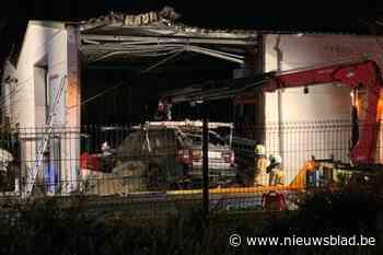 Terreinwagen wordt over spoorweg gekatapulteerd en boort zich door gevel van bedrijf in Bornem