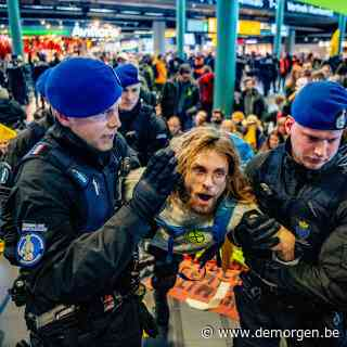 Honderden Greenpeace-activisten weggehaald op Schiphol