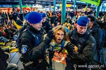 Marechaussee ontruimt Schiphol, activisten afgevoerd