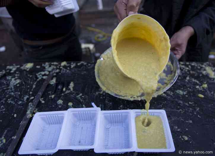 Home-cooked food in Iraqi square brings protesters together