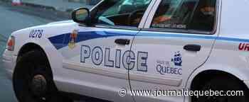 Un véhicule encastré dans un bâtiment dans Sainte-Foy