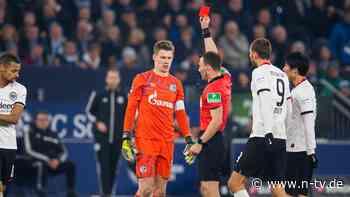 Brutales Foul gegen Gacinovic: Keeper Nübel sieht bei Schalker Sieg glatt Rot