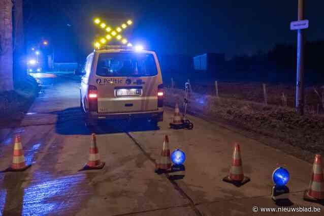 Vluchtende chauffeur crasht tegen boom: hoogzwangere vrouw afgevoerd naar ziekenhuis