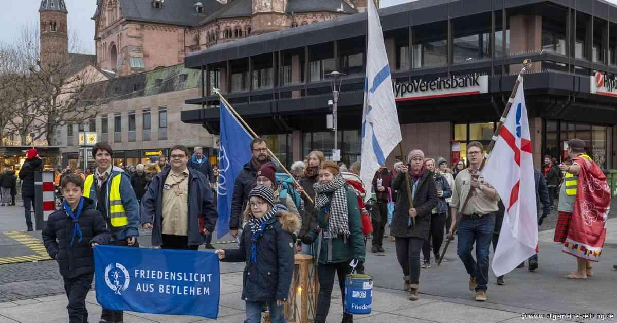 """""""Friedenslicht"""" im Mainzer Dom"""