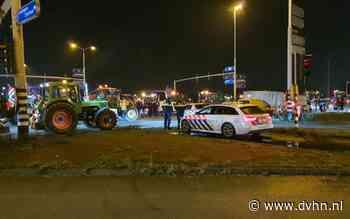 Boeren en bouwers blokkeren het verkeer op het Julianaplein in Groningen