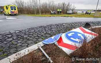 Automobilist schiet rechtdoor over rotonde N361 bij Lauwersoog, veel schade aan auto en verkeersborden