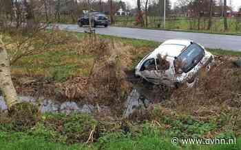 Auto glijdt van de weg in Haren