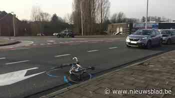 Wielertoerist (75) in levensgevaar na aanrijding aan Meulestedebrug