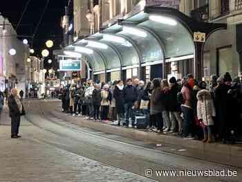 Bus- en tramverkeer valt stil in Gent: honderden reizigers in de kou