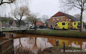 Auto belandt in water na botsing in Oude Pekela, twee gewonden naar het ziekenhuis