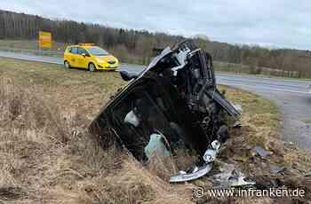 Rödental: Auto überschlägt sich bei Unfall - Ersthelfer kümmern sich um schwer verletzte Frau