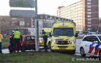 Automobilist botst tegen wegwijzer naast Vrijheidsplein in Groningen