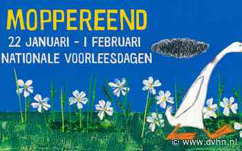 Peuters en kleuters uit Coevorden zien poppentheater rondom Moppereend tijdens Nationale Voorleesdagen