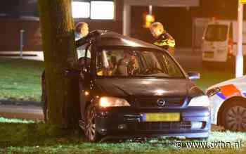 Auto tegen boom in Emmen, bestuurder naar ziekenhuis
