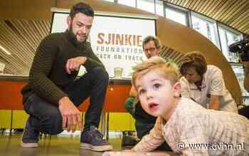 Kinderen Sjinkie Knegt reiken eerste exemplaar kinderboek uit aan artsen Brandwondencentrum Groningen: 'Sjinkie is zo positief'
