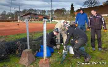 Leden strippen tennisbanen van tv Westrup in Dwingeloo