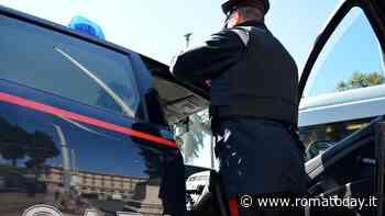 Sistema la merce nel suo furgone e viene derubato: addetto alle spedizioni vittima di una ladra