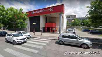 Paura al supermercato: rapinatore armato di pistola minaccia i cassieri e fugge col denaro