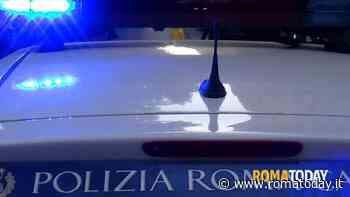 Incidente a La Rustica: perde controllo dello scooter e finisce contro auto in sosta, morto 48enne