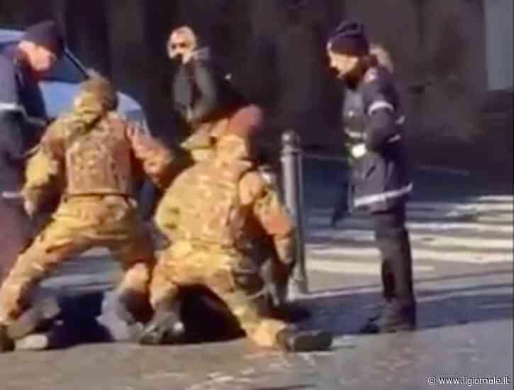 Col coltello si lancia sui militari: 30enne semina il panico a Roma