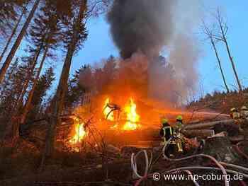 Feuerwehr löscht lichterloh brennendes Forstgerät