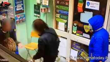 VIDEO | Commessa reagisce ad una rapina contro ladro armato