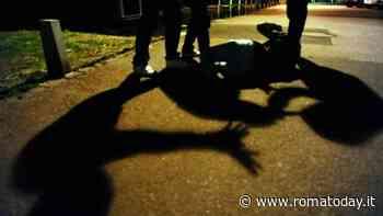 Un uomo li truffa, loro reagiscono e lo pestano in strada riducendolo in fin di vita