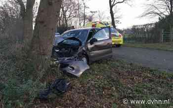 Automobilist eindigt tegen boom na botsing met andere auto