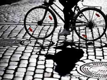 Betrunkener Radfahrer droht, Auto zu fahren