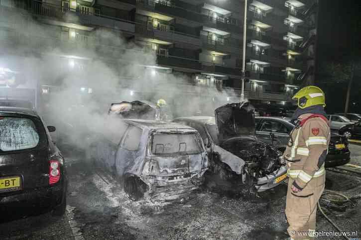 Auto's branden uit voor Arnhemse flatgebouw